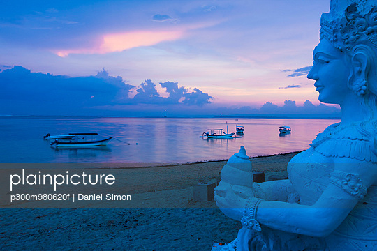 Indonesia, Bali, Sanur, Statue with sea in background at dusk - p300m980620f by Daniel Simon