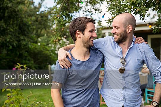 Männerfreundschaft - p788m1165369 von Lisa Krechting
