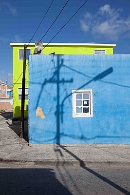 Blaues Eckgebäude mit Schatten - p045m1564052 von Jasmin Sander