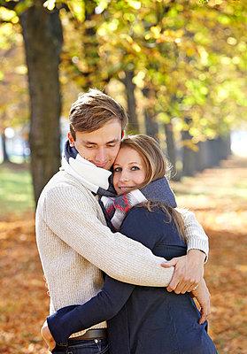 Paar im Herbst - p1272m1093020 von Steffen Scheyhing