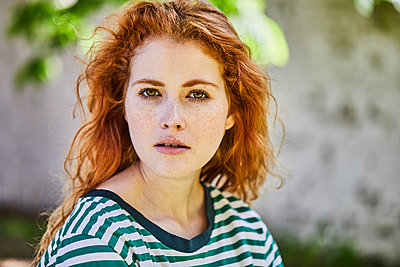 Portrait of redheaded young woman with freckles - p300m2102962 by Jo Kirchherr