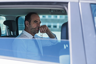 Portrait of thoughtful mature businessman in car - p300m2144933 by Uwe Umstätter