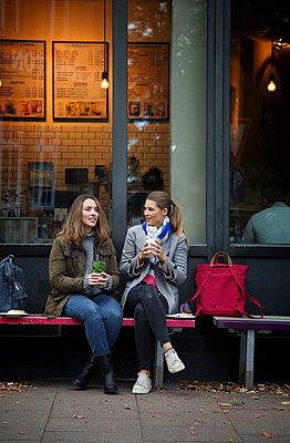Plaudern vorm Café - p981m2037784 von Franke + Mans