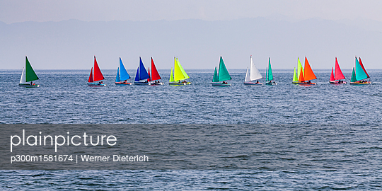 Switzerland, Thurgau, Arbon, Lake Constance, regatta, panoramic view of colorful sailing boats - p300m1581674 von Werner Dieterich