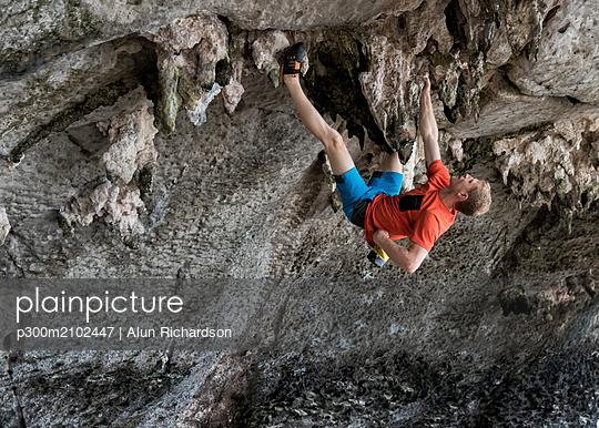Thailand, Krabi, Lao liang island, man bouldering in rock wall - p300m2102447 by Alun Richardson
