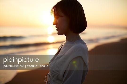 Young Japanese woman at the beach - p307m2296765 by Yosuke Tanaka