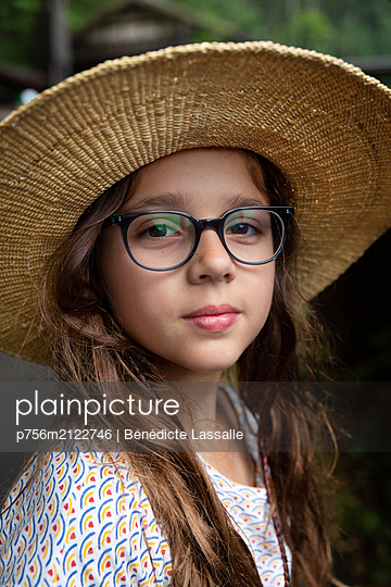 Portrait of girl with straw hat - p756m2122746 by Bénédicte Lassalle