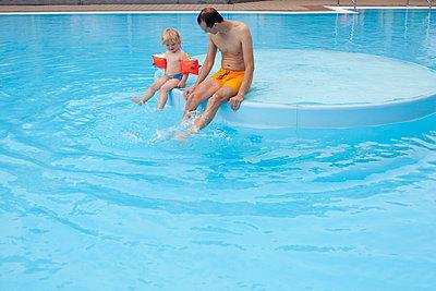 Vater mit Tochter im Schwimmbad - p505m919145 von Iris Wolf
