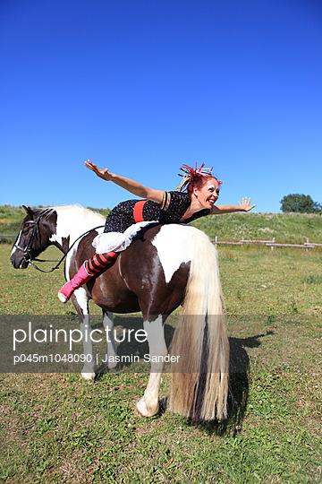 Flugzeug auf Pferd spielen - p045m1048090 von Jasmin Sander