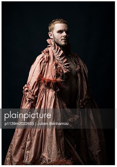 Mann im Kostüm - p1139m2022655 von Julien Benhamou