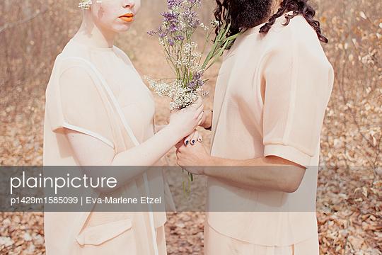Mann und Frau halten Blumenstrauß - p1429m1585099 von Eva-Marlene Etzel