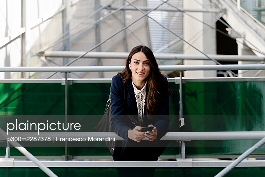 Italy, Tuscany, Florence, Young woman business - p300m2287378 von Francesco Morandini