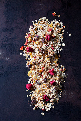 Fruit granola with dried raspberries, strawberries and cranberries - p300m1562554 by Dieter Heinemann