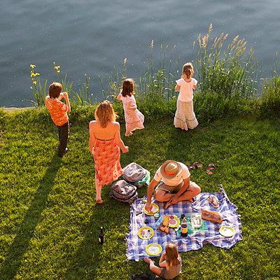 Family picnic at a lake - p813m938429 by B.Jaubert