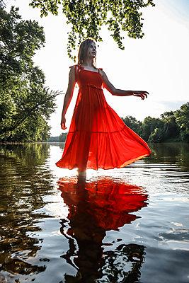 Mädchen am Fluss - p1019m2107469 von Stephen Carroll
