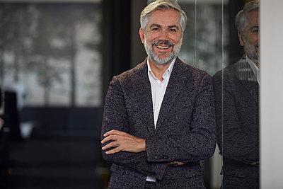 Portrait of confident mature businessman in office - p300m2189482 by Rainer Berg