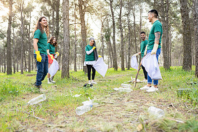 group of multiethnic environmental friends collecting plastic in the forest Madrid / Spain - p300m2282191 von Jose Carlos Ichiro
