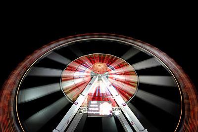 Long exposure of illuminated ferris wheel at Hamburger DOM funfair at night - p343m992149 by Jason Langley