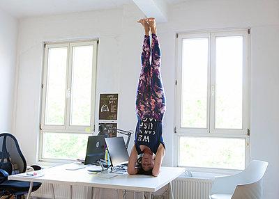 Kopfstand im Büro - p781m2038045 von Angela Franke