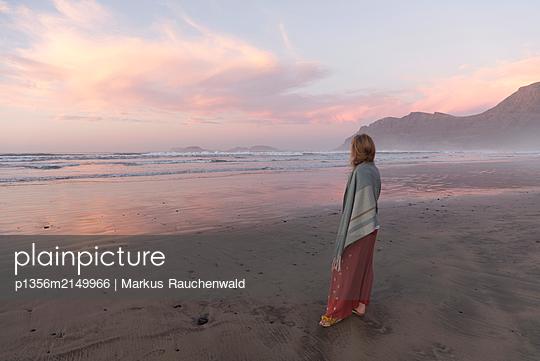 Woman on beach at sunset - p1356m2149966 by Markus Rauchenwald