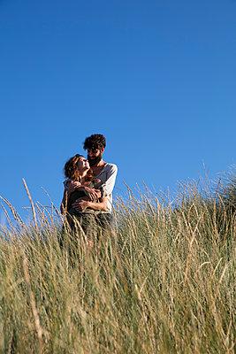 Junges Paar den in Dünen - p1212m1168691 von harry + lidy