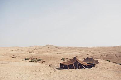Morocco, tents in the desert - p300m2030040 von Michael Malorny