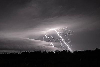 Lightning and a shelf cloud, Belle Plaine, Kansas, USA - p429m1494498 by Jessica Moore