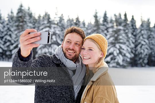 Junges Paar macht ein Selfie - p1124m1589332 von Willing-Holtz