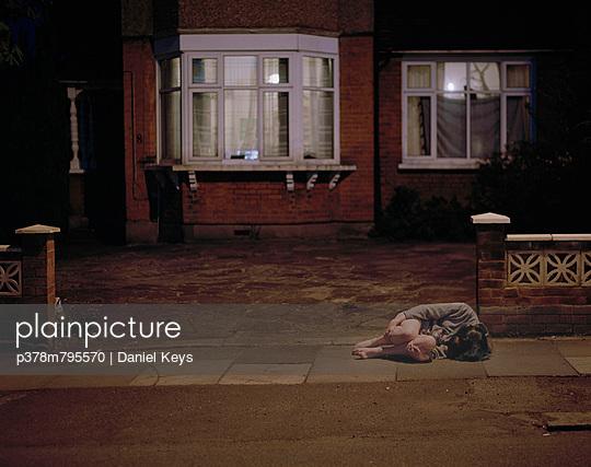 Girl asleep on pavement - p378m795570 by Daniel Keys