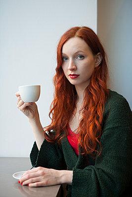 Frau im Café - p045m1208205 von Jasmin Sander