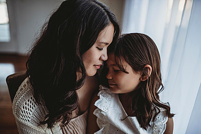 Close up view of mother and daughter touching foreheads - p1166m2130986 by Cavan Images