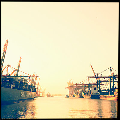 Evening light in the Walter Hofer harbor, container ships, Hamburg, Germany - p300m1009721 by Mel Stuart