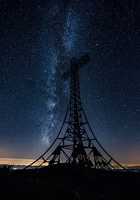 Italy, Marche, silhouette of summit cross on Monte Catria at night - p300m1191450 by Lorenzo Mattei