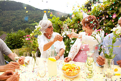 Group of seniors celebrating, drinking champagne - p300m1205123 by Michelle Fraikin