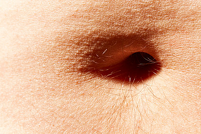 Belly button close-up - p851m1148614 by Lohfink