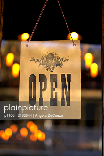 Close up of an open sign in a restaurant window - p1106m2182544 by Angela DeCenzo