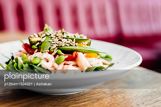 Close-up of plate with fresh shrimps and green beans - p1264m1524321 by Astrakan