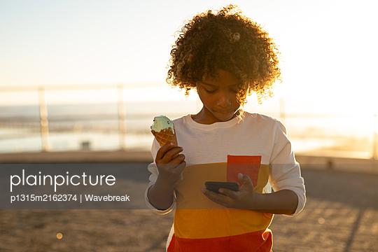Boy enjoying a day out by the sea - p1315m2162374 by Wavebreak