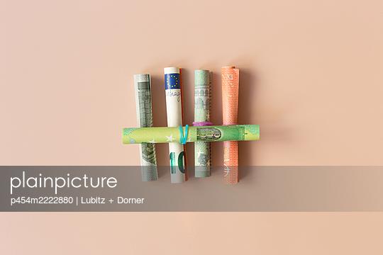 Counting money - p454m2222880 by Lubitz + Dorner