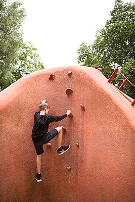 Kind beim Klettern - p1222m1154558 von Jérome Gerull