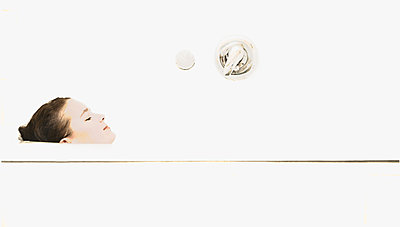Mädchen in der Badewanne - p1376m1553201 von Melanie Haberkorn