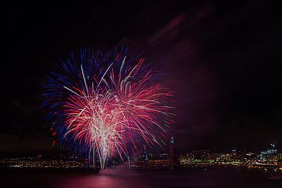 Fireworks display in Stockholm, Sweden - p352m1536569 by Calle Artmark