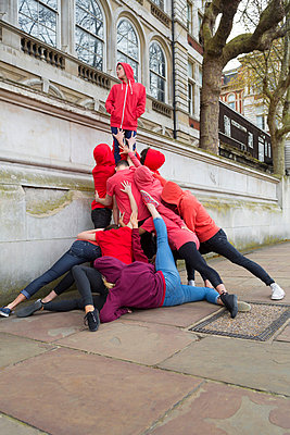 Group of young people performing on city street - p429m838920 by dotdotred