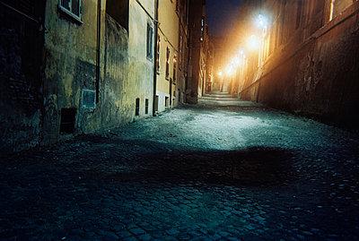 Gasse in Rom - p9791990 von Schoplick