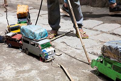 Spielzeugautos aus Müll - p1272m1515588 von Steffen Scheyhing