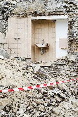 Waschbecken Abbruch - p1312m1441525 von Axel Killian