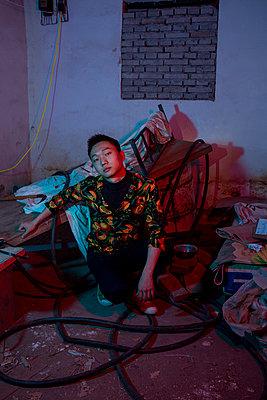 Junger asiatischer Mann, Portrait - p817m2288963 von Daniel K Schweitzer