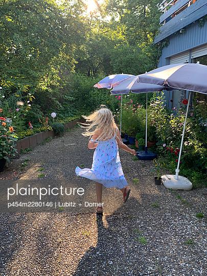 Summer in the garden - p454m2280146 by Lubitz + Dorner