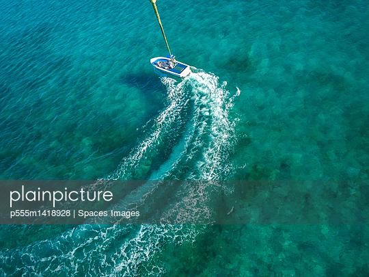Speedboat turning in ocean - p555m1418928 by Spaces Images