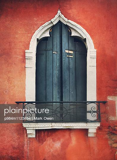 Fenster in Venedig - p984m1123694 von Mark Owen